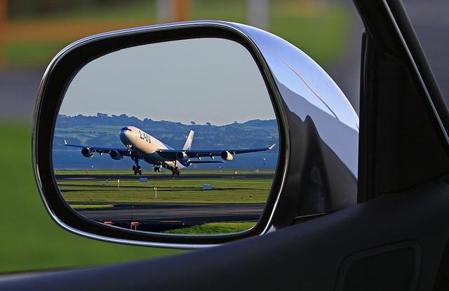 Parkování u letiště Václava Havla zajistí vašemu vozu nejen bezpečí, ale také máte možnost využít služeb, na které třeba jindy nemáte čas. O vaše auto tedy v případě vašeho zájmu, může být velmi dobře postaráno.   Nadstandardní služby parkoviště? Jaké nadstandardní služby parkování u letiště v Praze nabízí? Jedná se o doplňkové služby, které vám mohou přijít vhod. Je váš mazlíček špinavý, a vy jste při všem tom spěchu před odjezdem nestihli auto umýt? Žádný problém. Vaše auto zaměstnanci společnosti rádi umyjí. Nemusíte se bát žádného poškrábání, jak se tomu může v myčce aut běžně stát. Jedná se o ruční mytí, takže váš automobil bude dokonale čistý a nablýskaný.  Chcete servis na parkovišti u letiště? Parkováníd